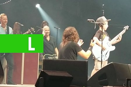 MENINO DE 10 ANOS SOBE AO PALCO E TOCA GUITARRA COM FOO FIGHTERS - VÍDEO